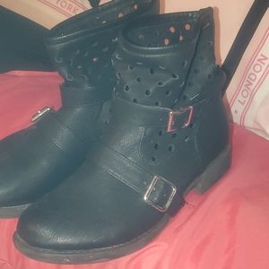 ALL BLACK RUE 21 BOOTIES WITH BUCKLE